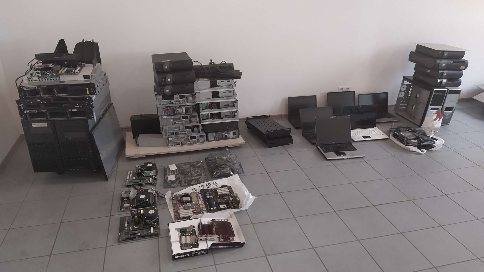 Dużo sprzętu komputerowego - komputery, płyty